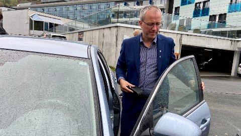 UT PÅ OPPDRAG: Det er framleis fem saker att i kommunestyremøtet, då Arnstein Menes set seg i bilen for å vera med nye vegar på synfaring.