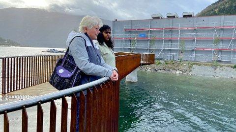 TØFF OPPLEVING: Den nye fjordstibrua er bygd omtrent der Arve Beheim Karlsen vart funnen for 22 år sidan. Tysdag var mor Kari Beheim Karlsen og søster Sandhya Karlsen Holene attende på plassen for første gong.