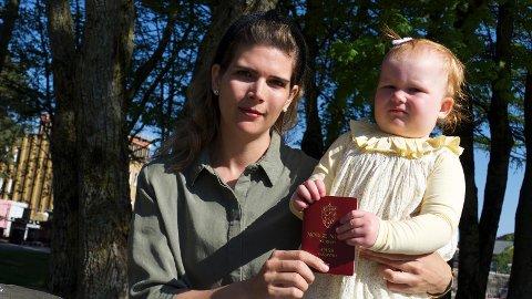 Fornyet passet: Amalie Engelsgjerd og hennes datter Annika fikk omsider fornyet passet til sistnevnte.