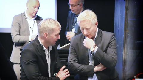 Pål Morten Borgli i dialog med Harald Minge etter debatten på Vitenfabrikken onsdag morgen.