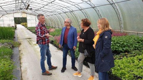 Gartner Ole Lima orienterer KrF-politikerne Arnfinn Clementsen, Olaug Bollestad og Britt Marit Haga.