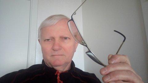 Arild Gabrielsen bor i Sandnes, men måtte kjøre til Sola for å få hjelp med brillene sine.
