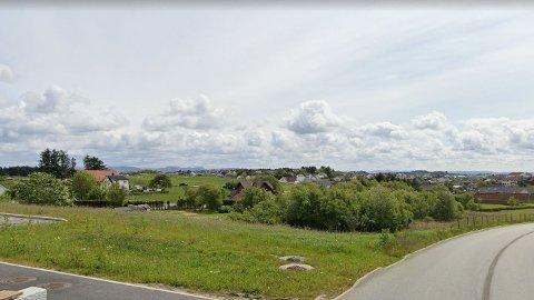 Bildet er tatt med Rema 1000 i bakgrunnen. Foran ligger området der det nå skal bygges småhus og en blokk.
