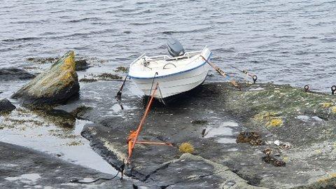 Slik så det ut etter at båten ble stroppet fast onsdag. Torsdag ble den fjernet av Falck. Da hadde båten stått der siden 29. august.