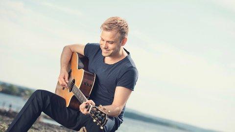 Christian Ingebrigtsen blir omtala som multi-instrumentalist og skal henta seg ny gitar hos Strand Guitars i helga.