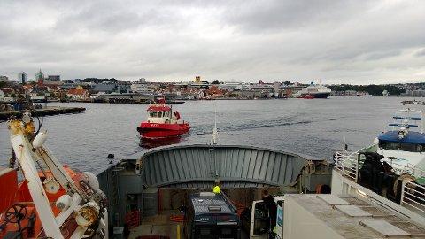 Tau-ferja «Stord»måtte ha assistanse av slepebåt. (Foto: Arnhild Jøssang Kjær)