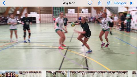 Fanny Vervik fekk ingenting gratis då Staal møtte Farsund i Strandallen i dag. Skjermbilde frå smarttelefon-video.