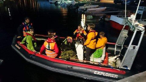 Dei åtte mannskapa frå folkehjelpa i rib'en på veg til leiteaksjon i heia over Bratteli i Lysefjorden.