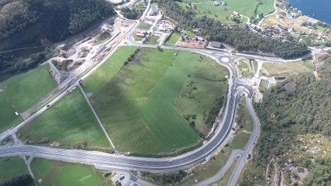 Dronebildet viser den nye vegen på Hestamoen, som var ferdig til 1. september. (Foto: Magnus Kvame)