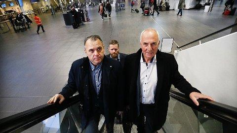 Bjarte S. Dagestad, Søren Jensen og Stanley Wirak på vei til flyet til Oslo torsdag morgon.
