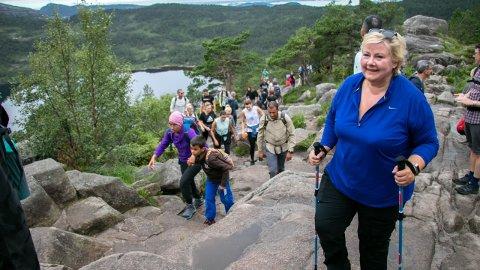 FØRSTE GONG: Statsminister Erna Solberg på veg til Preikestolen for første gong saman med fleire tusen andre turgåarar.