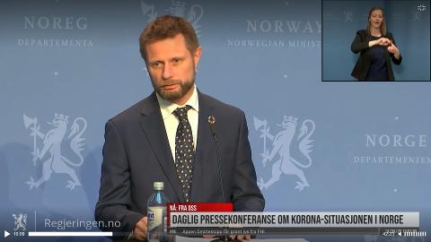 – FØLGJ RÅDA: Helse- og omsorgsminister Bent Høie oppmoda folk om å framleis følgja råda for å unngå koronasmitte under tysdagens pressekonferanse.