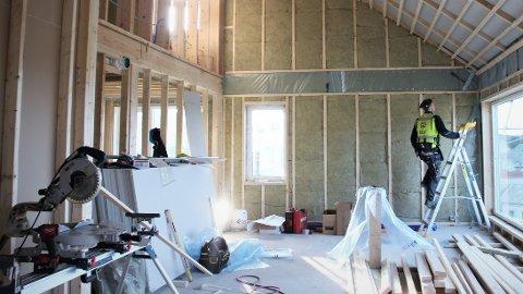 STÅLSVINGEN: Ein tømrar arbeider i ein av leilegheitene i Stålsvingen på Jørpeland.