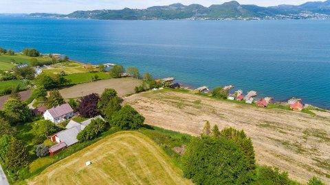 SJØNÆRT: Småbruket ligg med utsikt over Idsefjorden mot Jørpeland. Det har vore stor interesse for eigedommen.