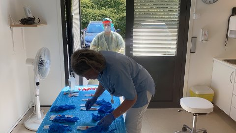 TRAVLE TIDER: Elin Fister Hovda (nærmast) og Solfrid Kleppa på Hjelmeland legekontor testa 1 prosent av Hjelmeland sine innbyggarar på éin time.