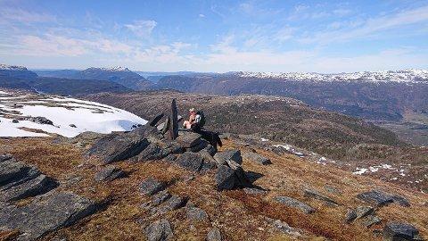 STØTTER: Kyrkjegardsheia sør for Jøsenfjorden har fått namnet etter dei mange steinstøttene. Men kvifor er støttene reiste?