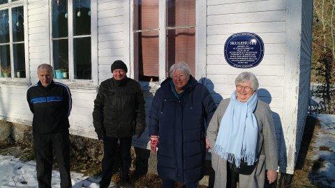 ENDELIG I GANG: Egil Pedersen, Harald Maaland, Annalisa Thelin Knutsen og Marie Jøssang fra Strand Historielag er fornøyde med at de endelig er i gang med skiltingen.