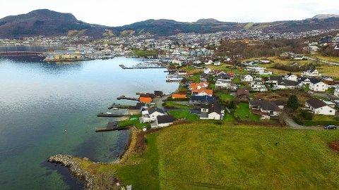 SENTRALT: Einebustaden ligg i tredje rekke frå sjøen nærast kamera.