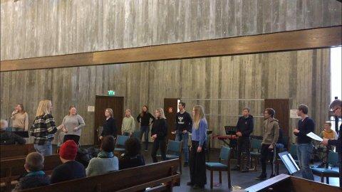 DYKTIGE: Ungdomskoret bidro med sang som ble godt mottatt og som sørget for god stemning. (Foto: Privat)