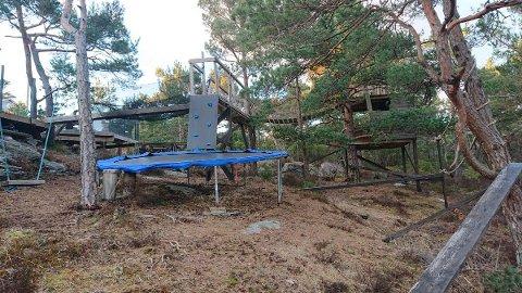 KLATREPARK: Hytta i Grønvik ved Fister har ein solid klatrepark som er laga til i ein liten skog på eigedommen.