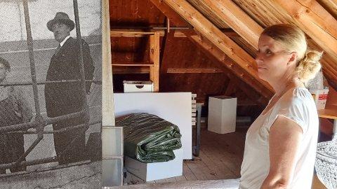 GAMMALT SOVEROM: Sonja Marie Hargaut viser fram det gamle soverommet til George Marlow Graham. Biletet av Graham er henta frå Strand Bygdebok 1870-1940.