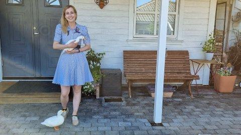 FAMILIE: Her er Ellen i hagen saman med endene Órla og Ollie. Det er Órla som har fått æresplassen i armane til matmor.