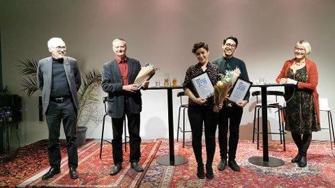 Prorektor Bjarne Foss (til venstre) og juryleder Ellen Andenæs (til høyre) delte ut Litteraturprisen til de glade vinnerne Erik Stenvik, Mirjam Sorge Folkvord og Brian Cliff Olguin.