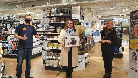 PRISVINNERE: Butikkleder Jens Holmen i Jernia Steinkjer ga bort både diplom og gavesjekk til Olga Setten og Sidsel Frigaard fra Steinkjer Danseklubb.