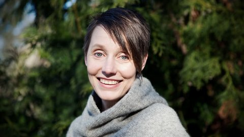 Forfatter Ingeborg Arvola kommer til Steinkjer bibliotek mandag.