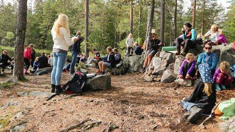 ANDAKT I SKOGEN: Annette Stenseng holdt en andakt i skogen i tradisjonens tro.