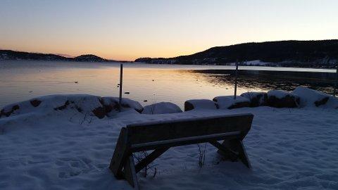 Her pleier Gro Nebell Aronsen å sitte og nyte utsikten mot vannet.