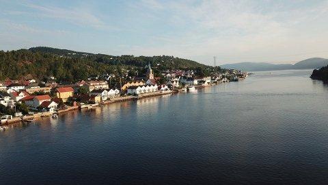 Dronefoto over Svelvik sentrum