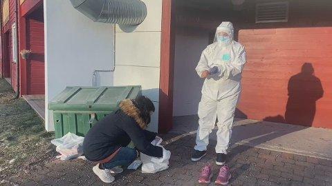 Her har Liv Onseng tatt på seg smittevernsutstyret. Mona Sneen hjalp til med å finne fram utstyret. Se video lenger ned i saken.
