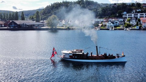 «Stjernen» på vei opp Svelvikstrømmen, fredag.