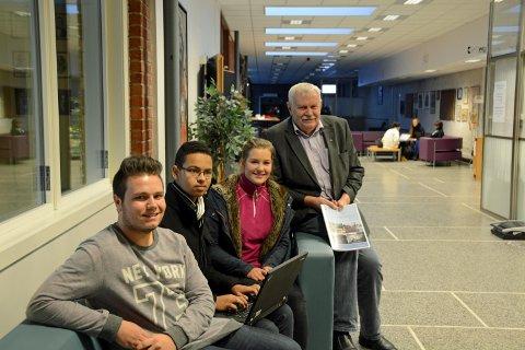 får beholde pc: Alexander Rønningen, Eric Nilsen og Ida Riis-Johansen. Til høyre Jørund A. Ruud. Foto: Roar Hushagen