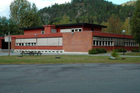 TIL SALGS: Nordbygda skole (bilde) og Yli skole skal legges ut for salg til høystbydende. Det har Notodden formannskap bestemt. Inntektene skal brukes til å betjene gjeld.