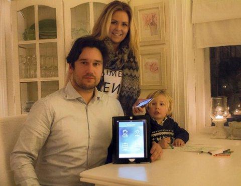APPEN FOR DEN TRAVLE: André Wilberg Jacobsen og Sarah Leandrah Hovet har utviklet en app for travle familier. Her med sønnen Tinius Leander.