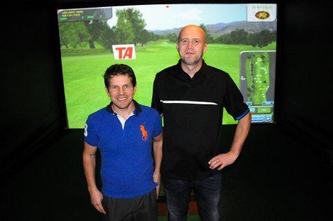 FORNØYDE: Thomas Nordengen (til v.) og Sten Årvik er glade for at det nå finnes toppmoderne golfsimulatorer på Heistad.
