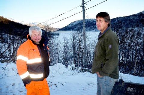 VOLDSOMT MOT: grunneier Helge Aasen (til venstre) og grunneier Erik Torvetjønn med Torvetjønn i bakgrunnen. En snøskuterbane  vil ligge ved østenden av vannet r i bakkant av dette bildet.