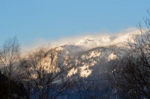 MYE VIND: Lørdag ettermiddag blåste det kraftig mot Hardangervidda. Bildet er tatt nede i Vestfjorddalen ved Rjukan med linsa vendt mot fjellpartiet Skarven.