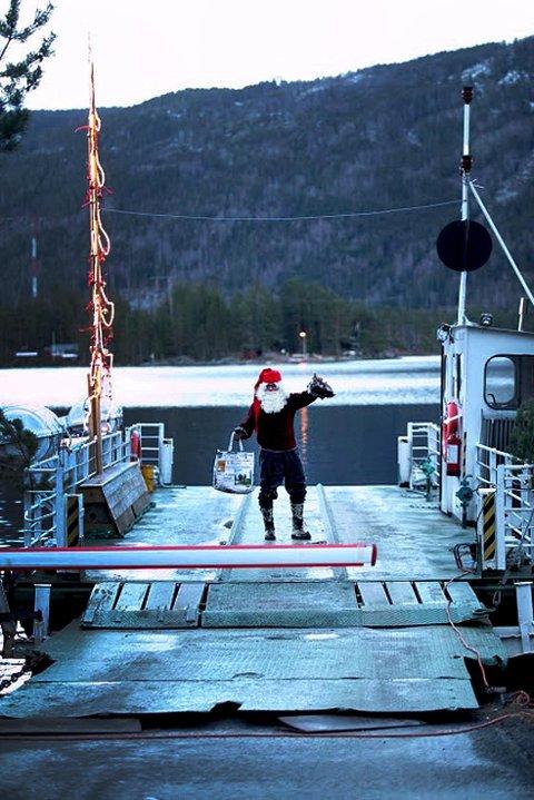 GAVER: Rett som det er møtes små og store fergepassasjerer med gaver i form av godteposer når de kommer om bord.