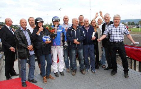 Her er Undones eiere etter triumfen i september:  Fra venstre; Bjerke representant, Hans Olav Langeland (eier), Tore Metveit (eier), Marianne Undem (oppasser for dagen), Johan Herbjørn Undem (kusk), Øyvind aas (eier), Petter Hvistendahl (eier og trener), Peder Tørdal (eier), Torleiv Veum (eier), Annveig Veum Aas, Lars Omdal (eier), Aanund Jore (eier) og Knut Wille (eier). Geir Bjaaland (eier) var ikke tilstede.