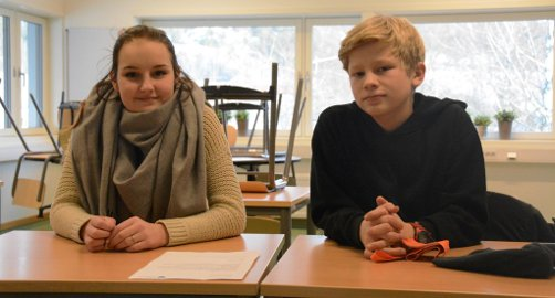 VIL HA LEKSEHJELP: Tyra Strand og Lars Gjermund Mogstad skrev brev til rektor der de ber om at leksehjelpen blir gjeninnført. Sannsynligvis vinner de fram, sier rektor. Sjuendeklassingene er elevrådsrepresentanter ved Lunde tiårige skole. Foto: Roar Hushagen