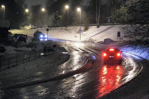 PASS PÅ: Underkjølt regn lager et isdekke over hele kjørebanen. (Illustrasjonsfoto: Audun Braastad, NTB Scanpix/ANB)