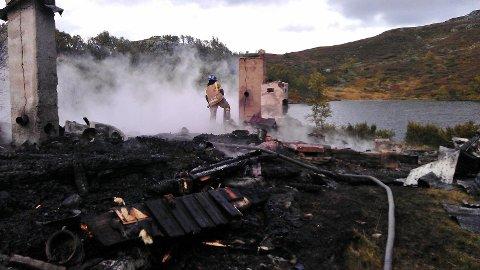 BRANT I 2012: Slik så det ut i 2012 da jakthytta til Petter Stordalen brant ned til grunnen. FOTO: STEIN ØYVIND BYSTRØM