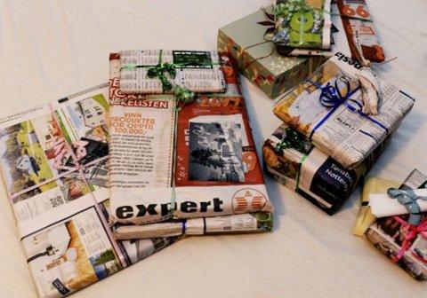 INNPAKKING: Gaver pakkes inn i gammelt avispapir som kan resirkuleres. FOTO: TB.no
