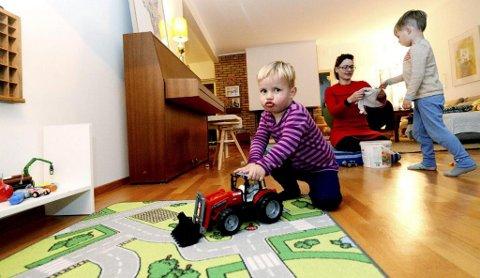 BRUKT TRAKTOR: Edvard fikk en brukt traktor i bursdagsgave og synes den er kjempefin. I bakgrunnen leker mamma Siri Eggesvik og storebror Alfred med en annen brukt gave. FOTO: TB.no