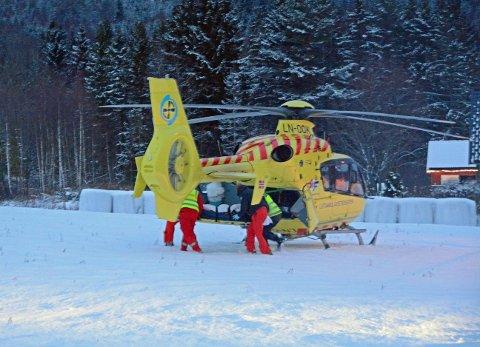 VELTET MED SCOOTER: Den skadde føreren blir fraktet inn i luftambulansen.  FOTO: ROAR HUSHAGEN