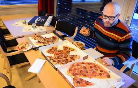 SMAKER: Matblogger og matskribent Lars A. Fredriksen synes det var artig å prøve de forskjellige pizzaene opp mot hverandre.