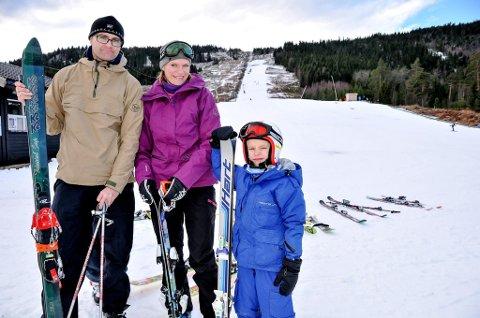 LIKER Å STÅ PÅ SKI: Tore og Ingrid Norendal Braathen og sønnen Tarjei (7) var i Siljan alpinsenter lørdag. Sønnen Olav (5) var også med i skibakken, men han er ikke med på bildet.